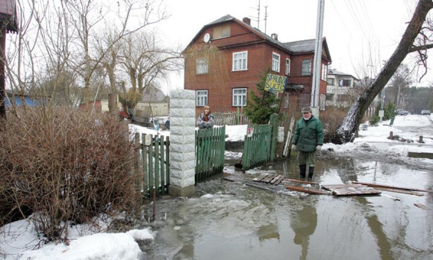 Gyventojai nerimauja, kad atšilus orui upelyje vandens lygis dar pakils