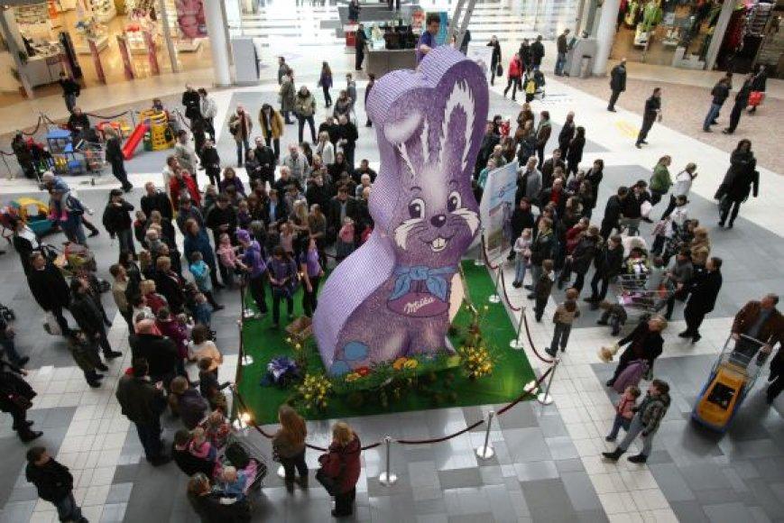 Iš šokoladukų pastatytas Velykų zuikis nuskynė dar vieną rekordą Kauno prekybos ir laisvalaikio centrui.