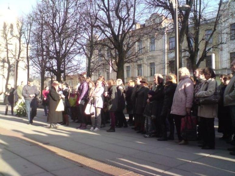 Daugiau nei 100 žmonių susirinko prie Kauno apygardos prokuratūros pagerbti D.Kedžio atminimo