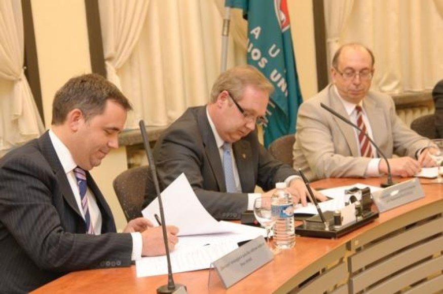 Bendradarbiavimo sutarties pasirašymo akimirka