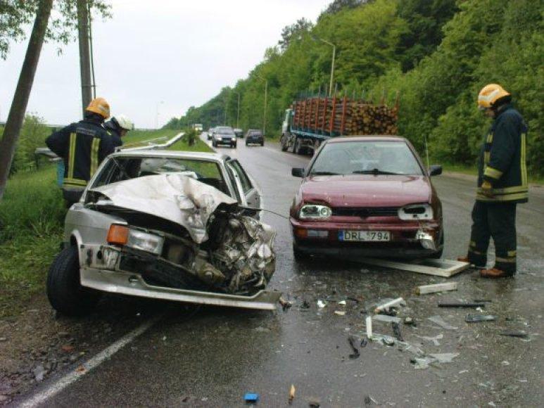 """Avarija Kaune: automobilis trenkėsi į miškovežio priekabą. O į """"Audi 80"""" įvažiavo """"VW Golf""""."""