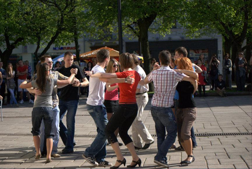 """""""Įvairių kultūrų vakare"""" bus galima pasimokyti šokti salsą, su kuria supažindins jaunimo organizacijos """"SalsaKaunas"""" nariai. Šokti gryname ore jiems – ne naujiena."""
