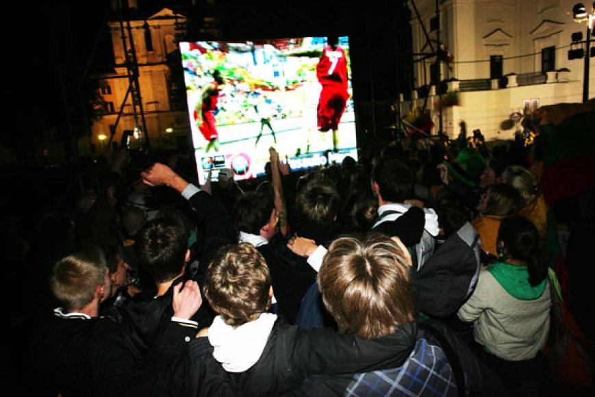 Krepšinio varžybų transliaciją Kauno Rotušės aikštėje stebėjo minia žmonių.