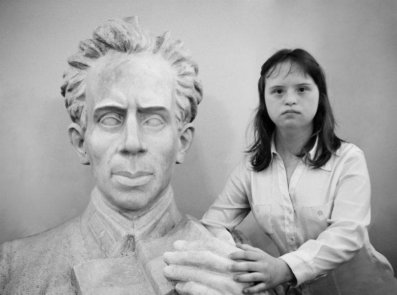 """Profesionaliausiu darbu pripažinta 25-erių fotografės iš Maskvos Tatjanos Iljinos serija """"Paprastos sielos sindromas"""", kurioje mergina pasakoja apie žmones, sergančius Dauno sindromu."""