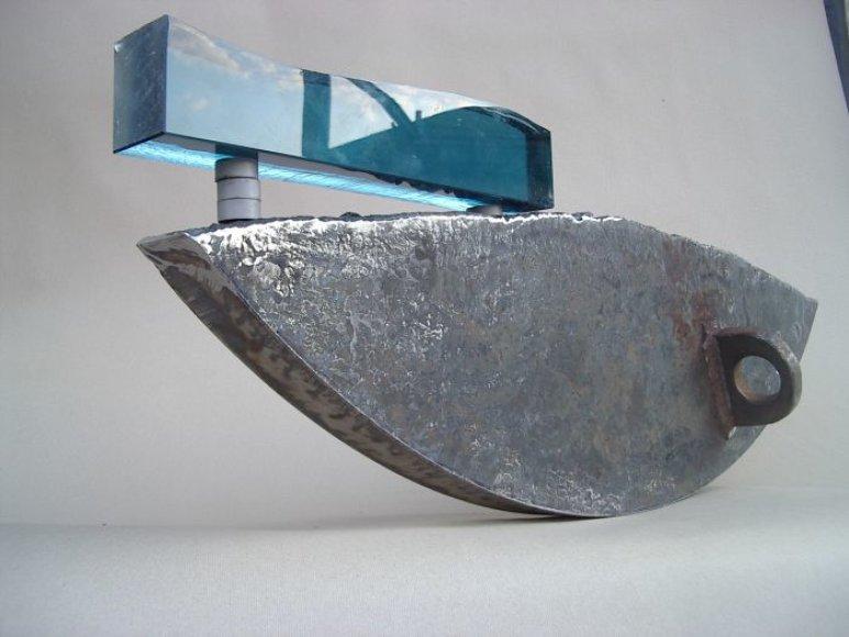 A.Rimkevičiaus  kūrinys iš stiklo ir metalo.