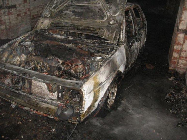Mašiną jaunuoliai sudegino, bandydami paslėpti pėdsakus.