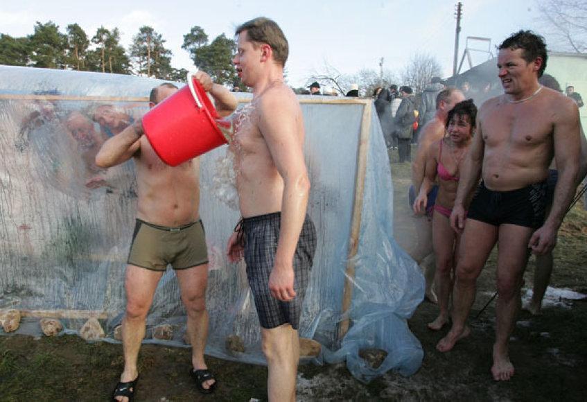 Šalto vandens dušą teko išbandyti ir politikams
