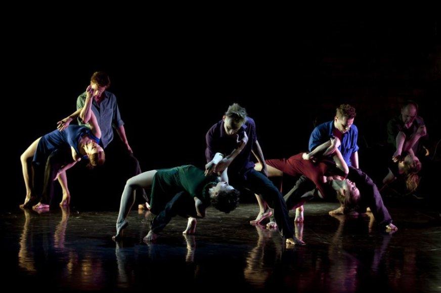 """Pirmieji išvysti """"Auros"""" ir lenkų choreografės A.M.Krysiak sukurtą spektaklį """"Apie mus"""" galėjo Rokiškyje vykusio festivalio """"Vaidiname žemdirbiams"""" dalyviai."""