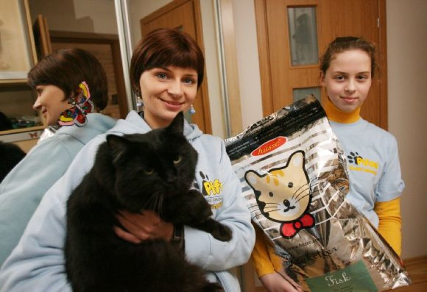 """""""Pifo"""" savanorė Kaune Ramunė Grigaliūnienė (kairėje) prašė kauniečių aukoti tuos produktus, kurie tinkami ėsti šunims ir katėms."""