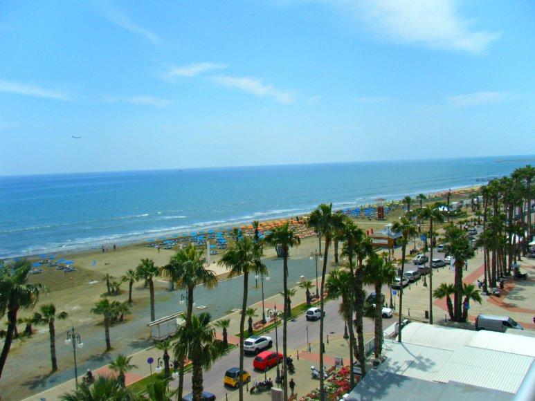 Vaido Mikaičio nuotr./ Larnakos paplūdimys pro viešbučio balkoną