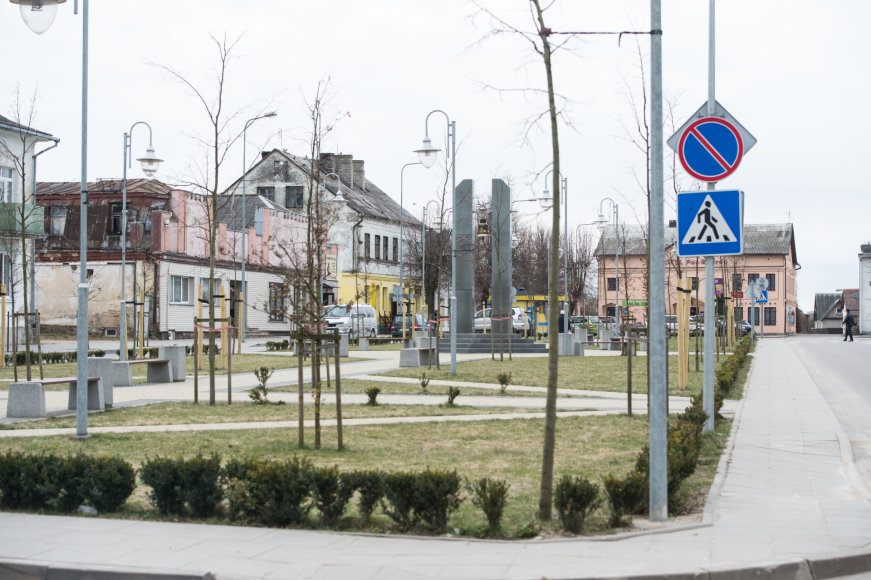 """Arkadijaus Babachino nuotr./Eišiškių miestelio """"centras"""" – pagrindinė aikštė, kurioje mėgsta rinktis vietiniai"""