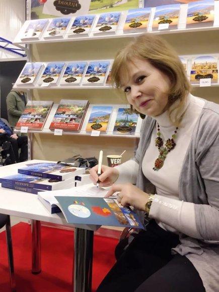 """Leidyklos """"Aukso pieva"""" nuotr./Arūna Kaminskienė knygos apie Bavariją pristatymo renginyje"""