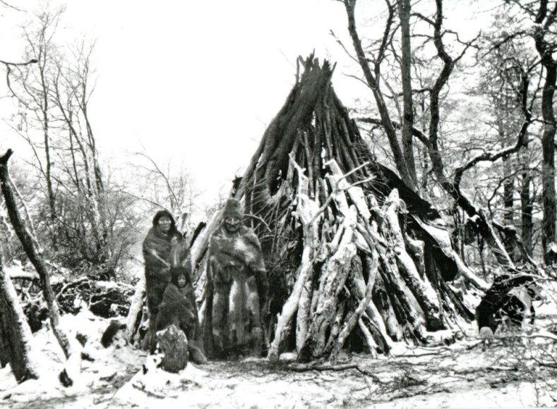 Martin Gusinde muziejaus nuotr./Martin Gusinde muziejuje, Navarino saloje, Argentinoje eksponuojamos indėnų nuotraukos