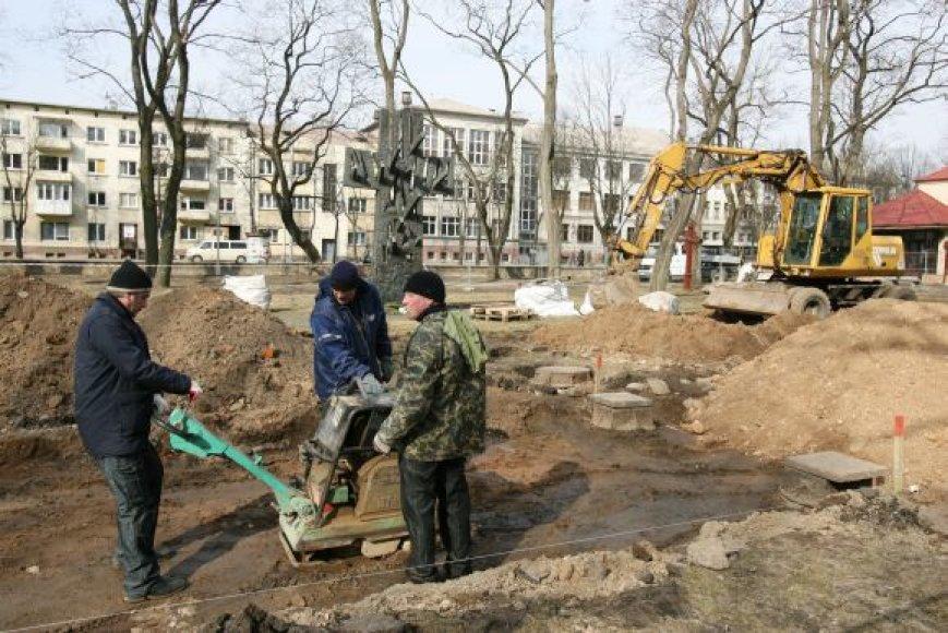 """Senosiose Kauno kapinėse šiuo metu dirbantys bendrovės """"Ekodora"""" darbininkai viską užbaigti turi iki birželio 23 dienos."""
