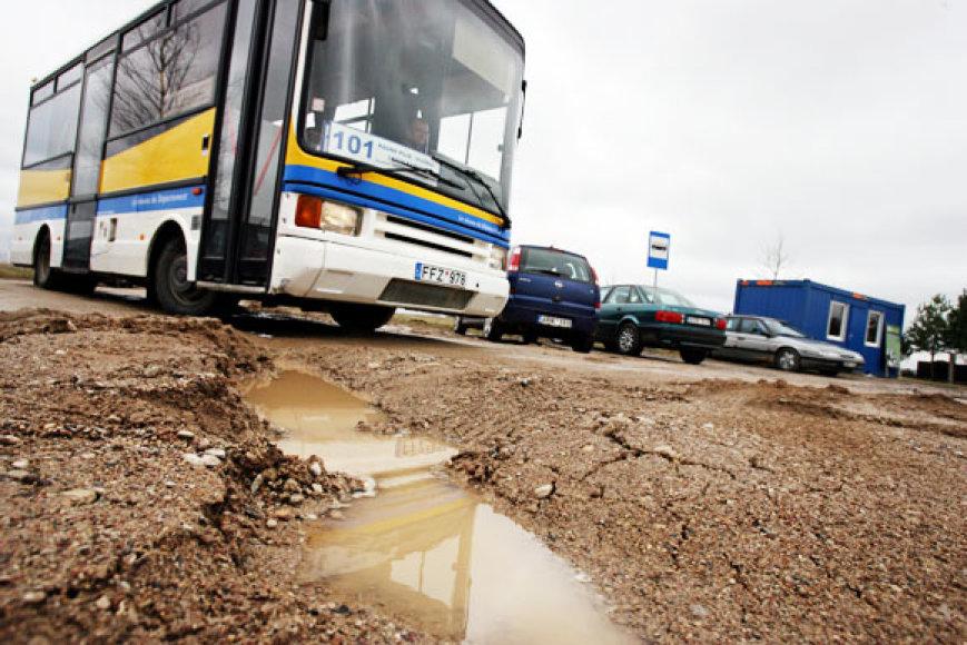 Nuo vasario į Ledos kapines iš Kauno kelis kartus per dieną važiuoja 101 maršruto priemiestinis autobusas.