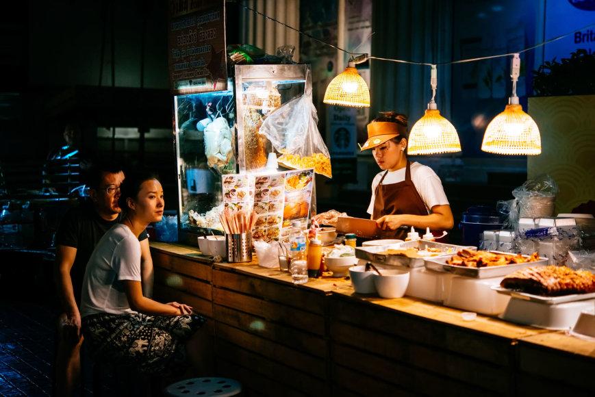 123rf.com /Žmonės perka maistą naktiniame Bankoko turguje
