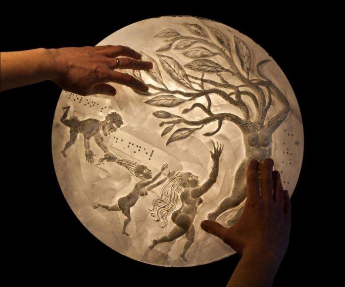 """Vienas iš naujausių muziejaus eksponatų – """"Psilikono teatro"""" įkūrėjų Auksės ir Dariaus Petrulių kūrinys."""
