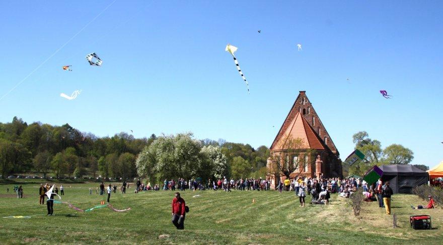 Kauno rajono savivaldybės nuotr./Šalia Zapyškio bažnyčios kiekvieną pavasarį vyksta didžiausias Lietuvoje aitvarų festivalis.