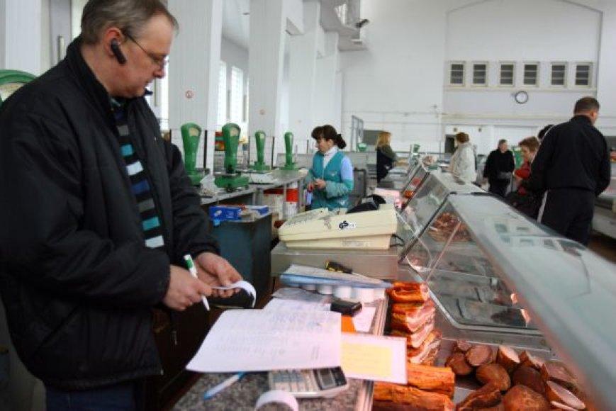 Išmokti naudotis kasos aparatais turgaus prekeiviams padeda šiuos įrenginius prižiūrinčių bendrovių darbuotojai.