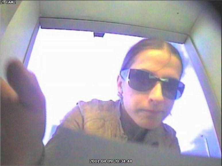 Policija prašo pagalbos atpažįstant šią merginą, kuri pasinaudojo svetima banko kortele.