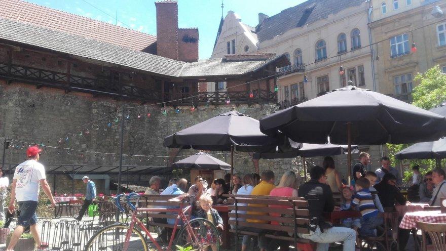Asmeninė nuotr./ Miestelėnai pietauja prie miesto sienos