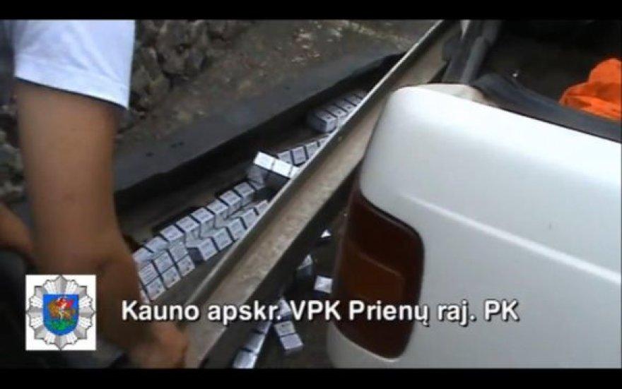 Kontrabandinės cigaretės, kurias pareigūnai rado paslėptas Prienų gyventojo automobilyje.