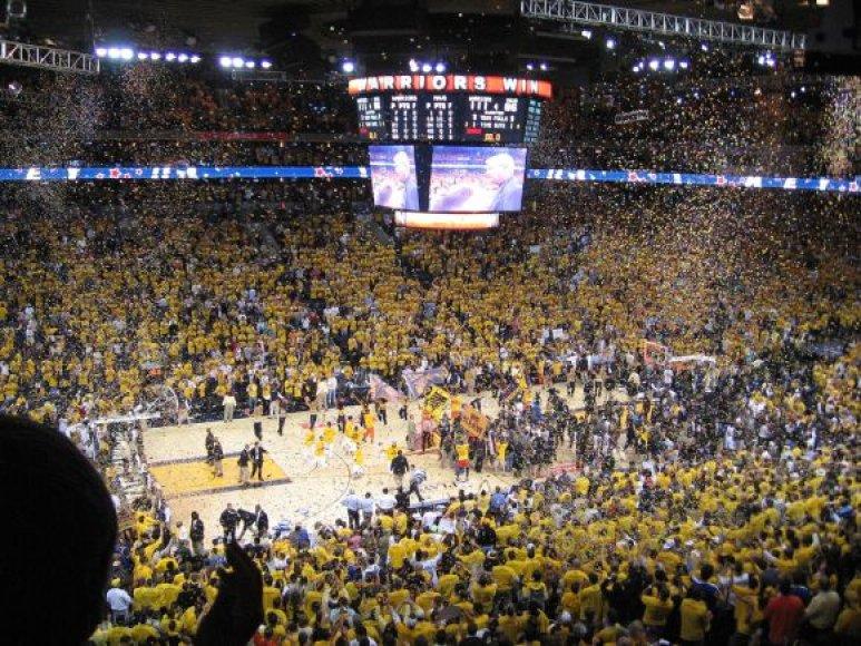 """Nuotraukoje matoma Los Andželo """"Lakers"""" krepšinio komandos namų arenos """"Staples Center"""" LED juosta."""