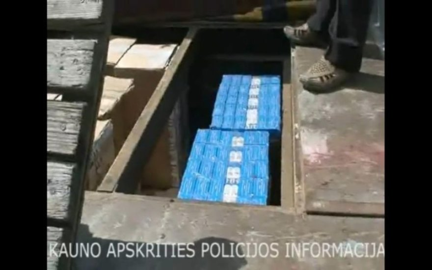 Cigaretės slėptos specialiai įrengtoje slėptuvėje, mašinos kėbule