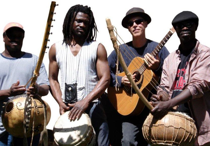 M.Jamesas (antras iš dešinės) Lietuvoje koncertuos kartu su Vakarų Afrikos muzikos atstovais.
