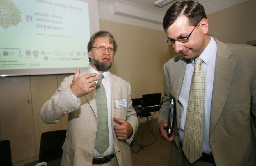 Vieni iš simpoziumo dalyvių yra lietuvių kilmės profesorius iš Kolumbijos Antanas Mockus ir Švietimo bei mokslo ministras Gintaras Steponavičius