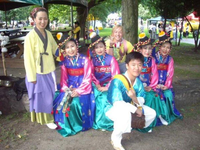 """Kolektyvas """"Yeongnam Yesuldan"""" skleidžia Korėjos tradicinius šokius ir dainas bei saugo kultūrinį paveldą."""