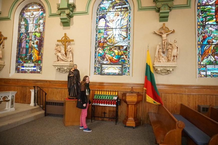 """""""Tikslas – Amerika""""  dalyvių nuotr./Projekto savanorė Aistė Žemaitienė Bostono lietuviškoje bažnyčioje"""