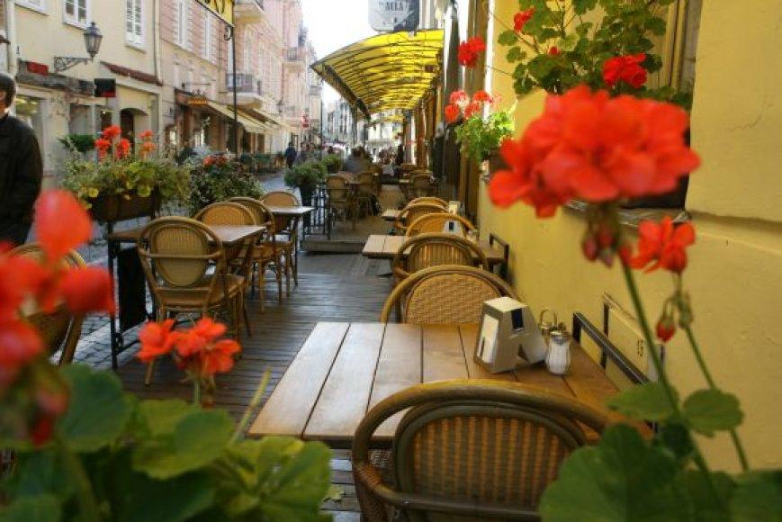Pilies gatvėje esančios lauko kavinės vakar buvo tuščios. Net ir šviečiant rudeninei saulei tik prie vieno kito staliuko sėdėjo po kelis žmones.