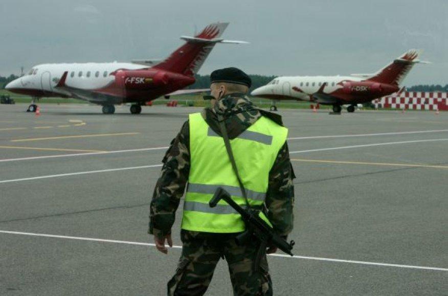 Oro uosto atstovai teisinasi buvę priversti nušauti šunį, nes kaip tik tuo metu turėjo leistis du lėktuvai.