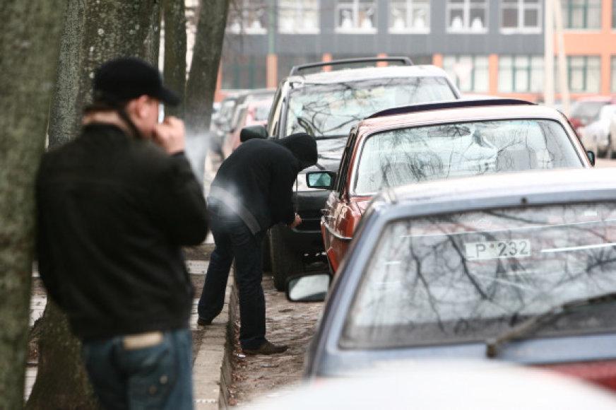 Automobilius linksmybėms dažniausiai vagia nepilnamečių grupės, vėliau apdaužytą automobilį paliekančios likimo valiai.