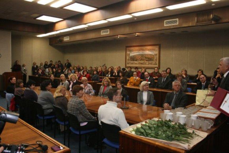 Posėdžių salėje rinkosi savivaldybės darbuotojai. 2010 m. spalio 11 d.