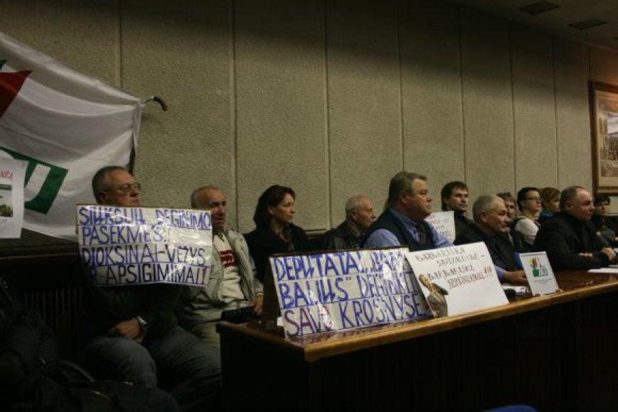 Protesto akcijos dalyviai į savivaldybės salę atsinešė plakatų prieš jėgainės statybas.