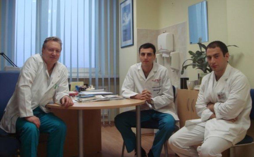 Georgij (dešinėje) ir Kakhaber (viduryje) stebėjo prof. dr. Artūro Razbadausko atliekamas oper acijas.