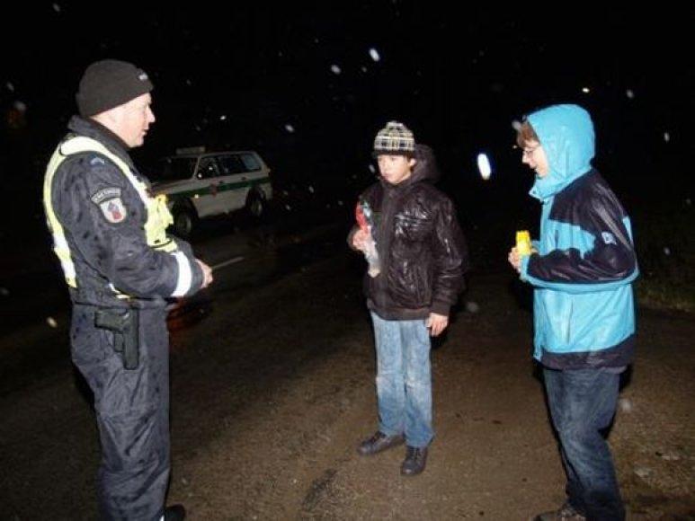 Kretingos rajone policininkai dalijo atšvaitus.