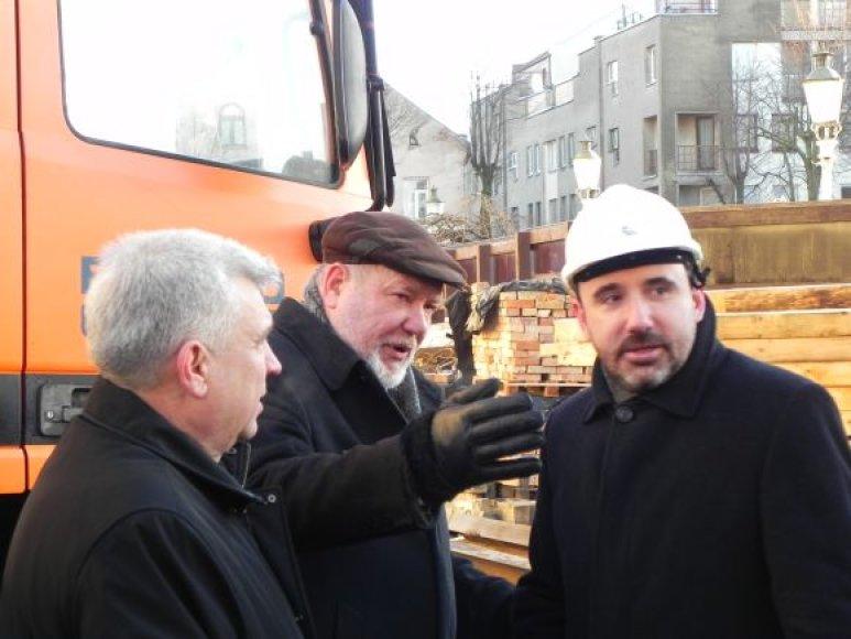 Meras R.Taraškevičius, Klaipėdos dramos teatro vadovas G.Pranckūnas, kultūros ministras A.Gelūnas apžiūri teatro rekonstrukciją. 2011 m. vasario 9 d.