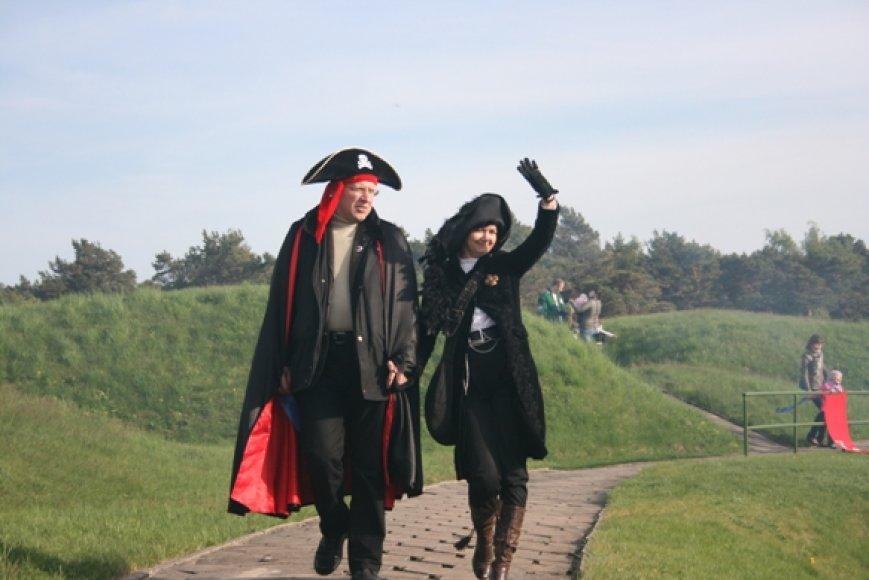 Piratiškai pasipuošė ir Jūrų muziejaus atstovė Nika Puteikienė bei jos vyras politikas Naglis Puteikis.