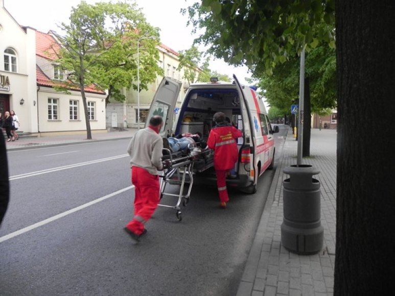 Vos be sąmonės apsvaigusį jaunuolį medikai iš H.Manto gatvės išgabeno į ligoninę.