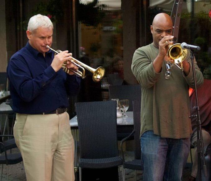 """V.Grubliauskas (k.) ir Pilies džiazo atidaryme trimituosiantis M.Varekampas (d.) jau spėjo """"apšilti"""" Friedricho pasaže, kur prieš didįjį festivalį buvo organizuojama džiazo savaitė."""