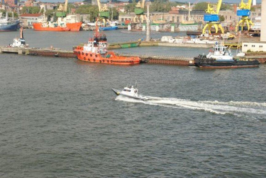 """Greitaeigio pasieniečių katerio """"Boomeranger"""" komanda Kuršių mariose skubėjo į pagalbą pramogautojams."""