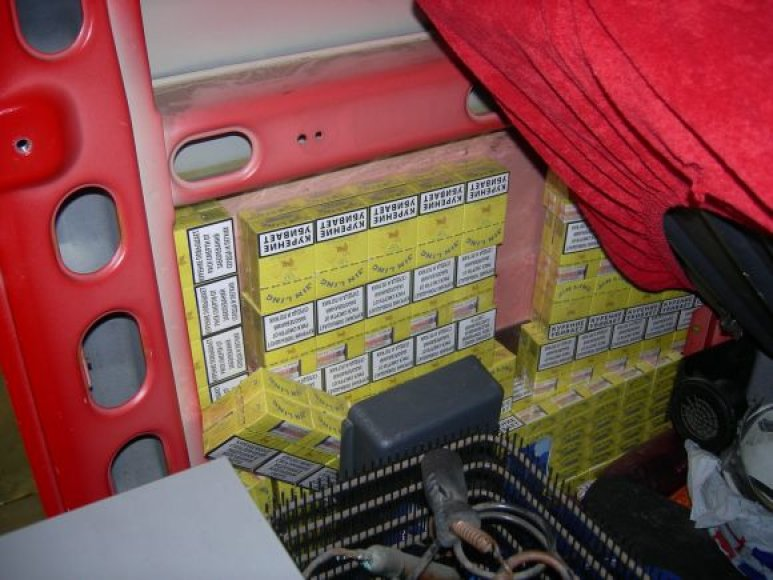 Vyriškiai buvo išslapstę vilkikų kabinose gabeno nemažą kiekį kontrabandinių cigarečių.