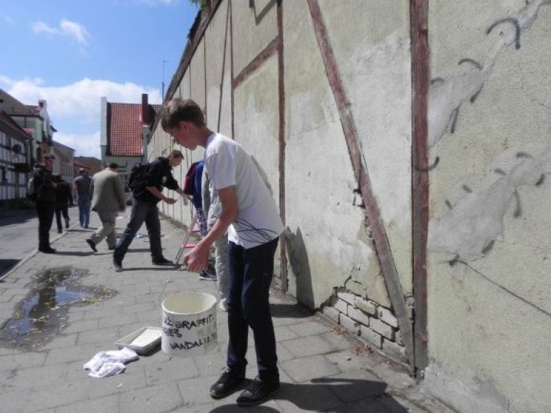 Grafitininkai uždažė apterliotą senamiestyje esančio sandėliuko sieną.