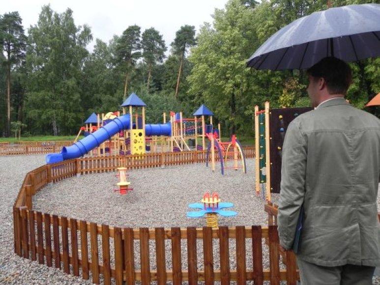 Parke įrengta moderni vaikų žaidimo aikštelė.