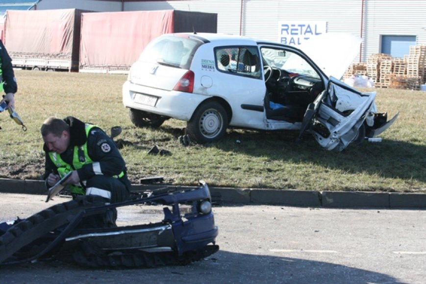 """Klaipėdos LEZ teritorijoje antradienio rytą susidūrus dviem automobiliams, šio """"Renault"""" keleivius teko vaduoti ugniagesiams."""