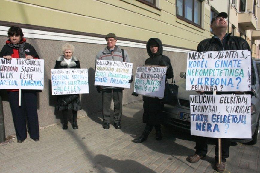 Trečiadienį prie Klaipėdos miesto savivaldybės piketavę visuomenininkai piktinosi Skęstančiųjų gelbėjimo tarnybos darbu.