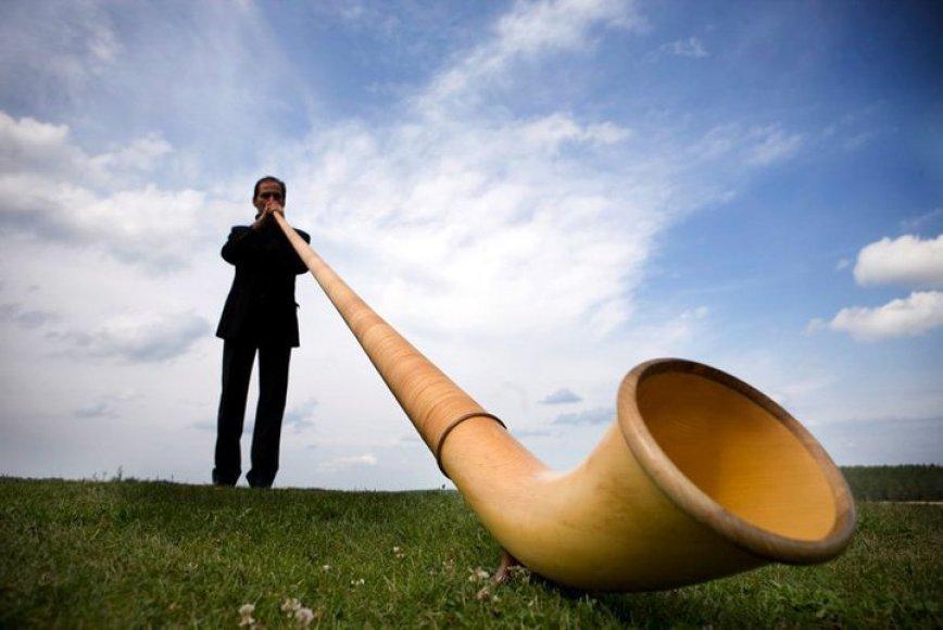 Carlo Torlontano klaipėdiečiams gros įspūdingu instrumentu - Alpių ragu.
